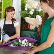 Woman buys a bouquet of flowers — Stockfoto #79000862