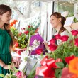 Woman buys a bouquet of flowers — Stockfoto #79001006