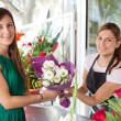 Woman buys a bouquet of flowers — Stockfoto #79001024