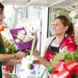 Woman buys a bouquet of flowers — Stockfoto #79001058