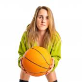 Chica rubia jugando baloncesto sobre fondo blanco — Foto de Stock