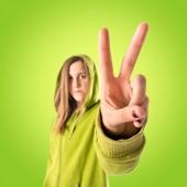 Krásná mladá dívka vítěz nad zeleným pozadím — Stock fotografie