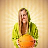 Mladá dívka s basketbal pop pozadí — Stock fotografie