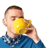 Uomo che tiene una tazza di caffè su sfondo bianco — Foto Stock