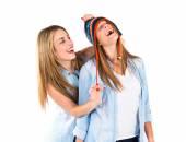 Amici con cappelli su sfondo bianco — Foto Stock