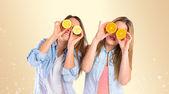 Друзья, играя с фруктами на желтом фоне — Стоковое фото