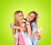 Freunde, Eis essen, auf grünem Hintergrund — Stockfoto