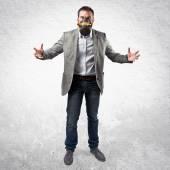 白地にガスマスクの若い実業家 — ストック写真