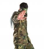 Soldato che fa il fanale di arresto sopra priorità bassa bianca — Foto Stock
