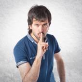 Hombre haciendo gesto de silencio sobre fondo blanco aislado — Foto de Stock