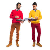 Twin brothers reading books — Stockfoto