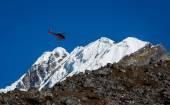 救生员直升机在尼泊尔的喜马拉雅山 — 图库照片
