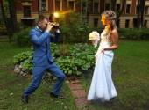 Wedding Photographer Taking Picture bride, camera flash flashing — Stock Photo