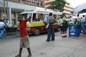 Passageiros esperam os transportes públicos para a paragem de autocarro. — Fotografia Stock