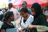 Arabian womans, local residents Dar es Salaam communicate outdoo — Stock Photo