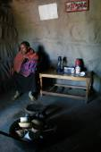 Internal view Masai home, black girl with baby are indoors. — Stock Photo