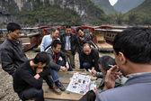 Homens chineses, jogo de baralho barqueiros perto de pier, Guangxi, China — Fotografia Stock