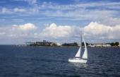Łódka, żagłówka, żaglówka na morzu, morze, chmury, łódka na morzu, łódź, — Stock fotografie