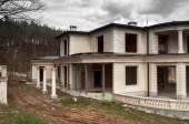 Abandoned unfinished big modern house — Stock Photo