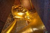 The Big golden Reclining Buddha within Wat Pho is the important in Bangkok, Thailand — Stock Photo