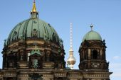 The Berlin television tower between the main dome and lantern dome of the Berlin Cathedral — Stock Photo