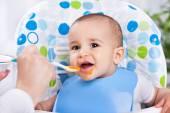 微笑开心宝贝用勺子吃饭 — 图库照片