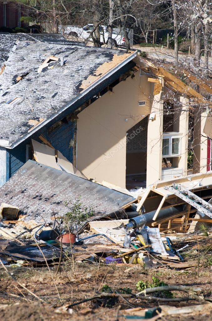 Casa con struttura legno tornado danneggiato foto stock for Piani casa del sud del cottage