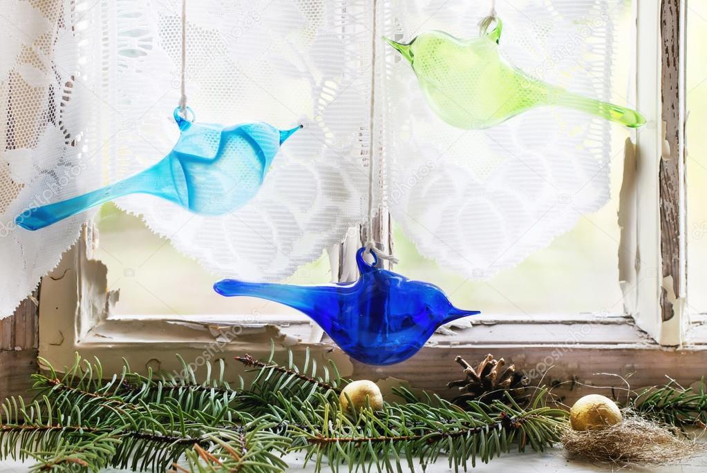 Innenraumfenster  Innenraum-Fenster mit Glas Vögel und Weihnachtsbaum — Stockfoto ...