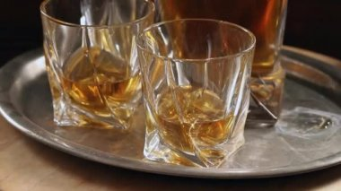 Set of glasses with whiskey on vintage tray — Stock Video