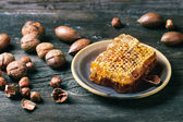 Honeycomb and nuts — Stock fotografie