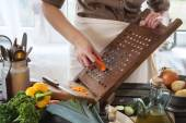 Woman grate the carrot — Stock fotografie