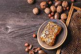Соты и орехи — Стоковое фото