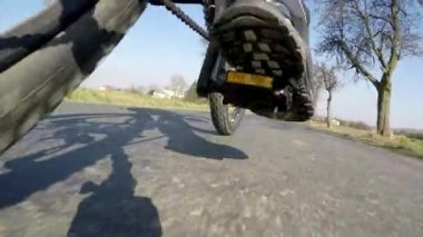 View feet of man riding a bicycle and road — Stock Video