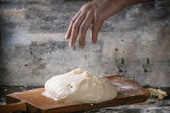 Man powdered the dough — Stock Photo