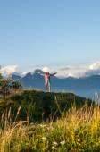 Chica en la cima de la montaña — Foto de Stock