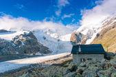 Alpin hut above the glacier — Stock Photo