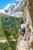 Children climbing in the high mountains — Foto de Stock