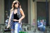 Beautiful woman photojournalist — Stock Photo