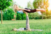 Pár cvičení acroyoga v parku — Stock fotografie