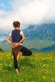 Mädchen praktizieren Yoga in der Natur in den Bergen — Stockfoto