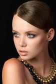 Schoonheid portret van jonge vrouw — Stockfoto