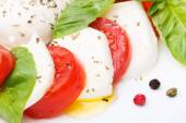 Caprese salad. Mozzarella, tomatoes and basil leaves — Stock fotografie
