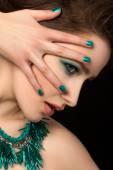 Mavi çivi ve göz makyajı güzel genç kadın portresi — Stok fotoğraf