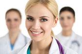 Portrét smějící se ženského lékaře — Stock fotografie