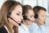 Smiling customer support operator at work — Stockfoto