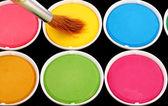 Peintures de différentes couleurs et mince pinceau (brush) — Photo