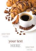 Desayuno con café, galletas y croissants en mesa — Foto de Stock