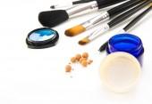 画笔和化妆品在白色背景上 — 图库照片