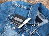Calculatrice de l'étudiant et un stylo dans la poche de jeans jacet — Photo