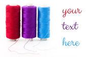 Kupie kolorowe szpulki nici lurex na białym tle — Zdjęcie stockowe